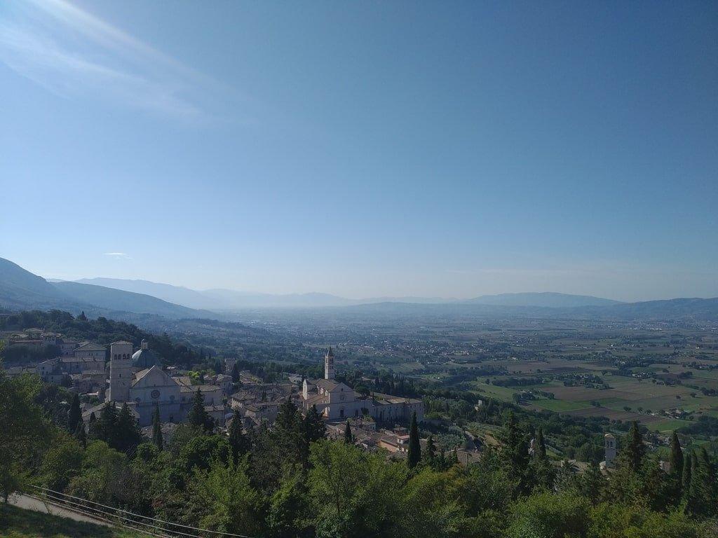 Vista del bordo di Assisi e della Chiesa Nuova dall'alto della Rocca Grande.
