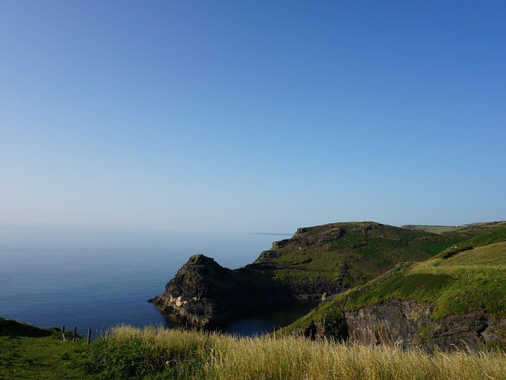 Vista della costa e dell'insennatura di ingresso al porto di Boscastle dall'alto della scogliera.