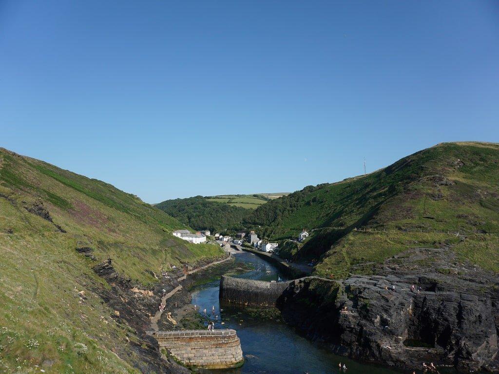 Vista del porto naturale e della valle di Boscastle, in Cornovaglia.