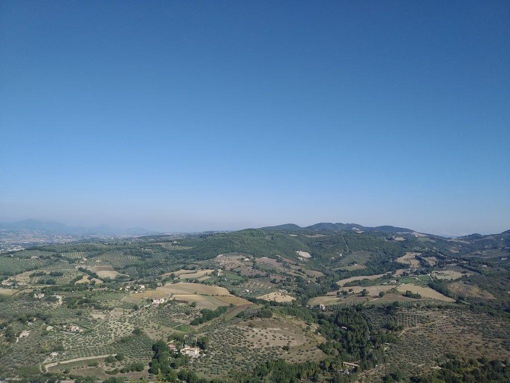 Le colline umbre viste dalla Rocca Grande di Assisi, in Umbria.