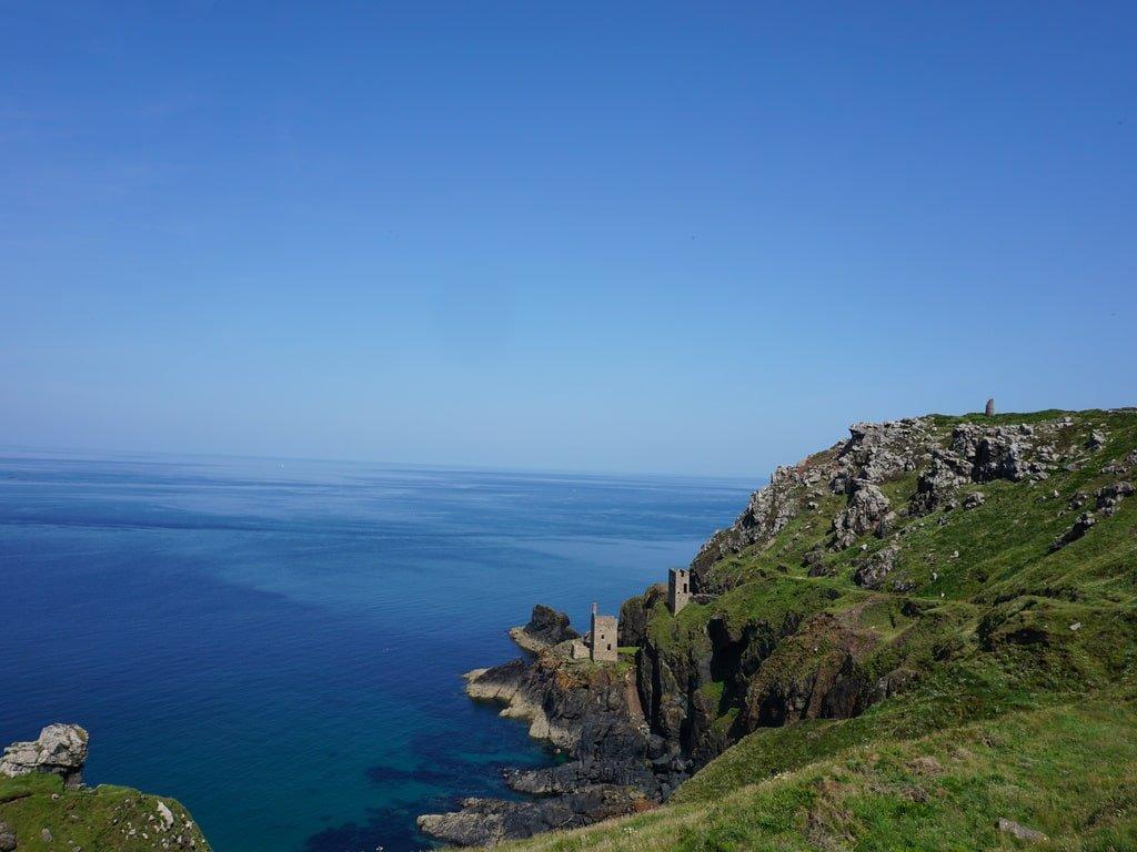 Vista delle miniere arroccate sulla costa a vista oceano nella location delle Bottalack Mines.
