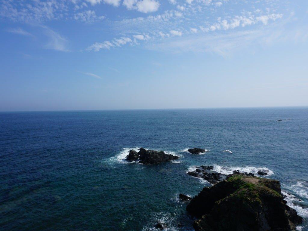 Vista degli scogli a vista nell'Oceano Atlantico dal Lizard Point.