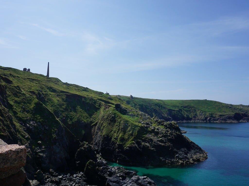 Vista della scogliera sul blu dell'oceano alle miniere di Bottalack Mine.