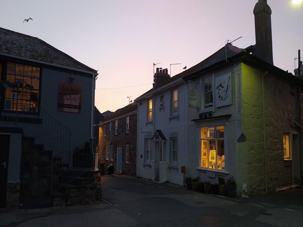 Alcune della gallerie d'arte indipendenti di St Ives, nei bianchi cottage della cittadina, visti durante la sera.