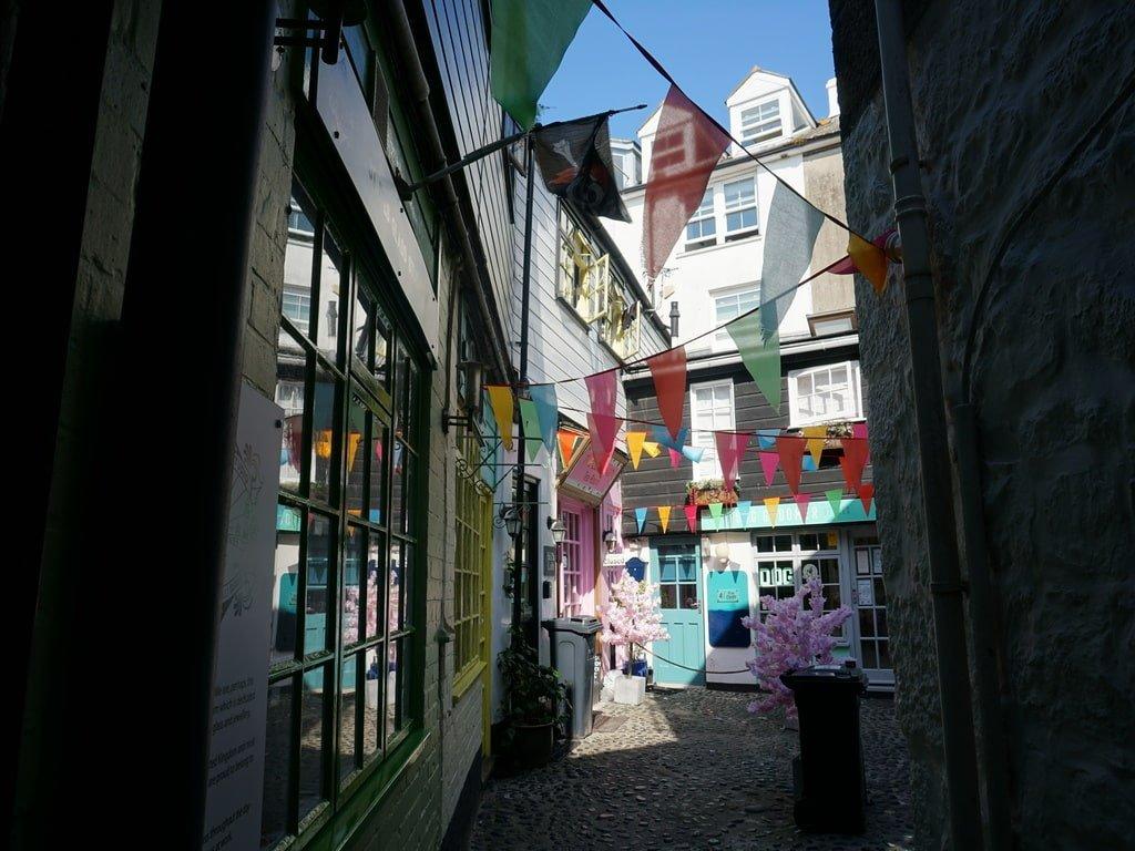 Uno scorcio di un vicolo di St Ives decorato con bandierine colorate