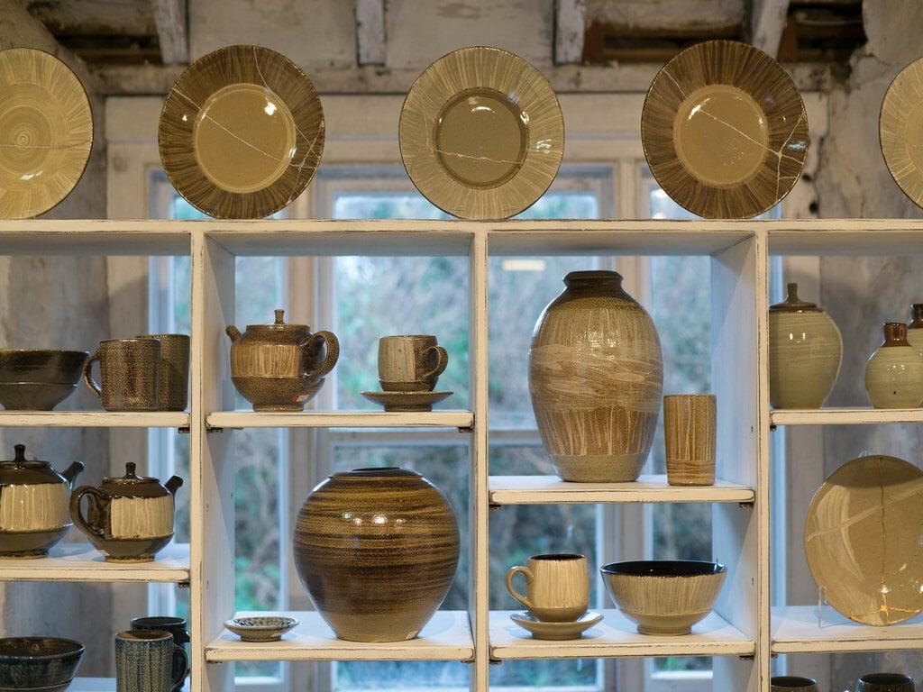 Una serie di piatti, tazze, ciotole e vasi di terracotta esibite al Leach Pottery Museum di St Ives in Cornovaglia.