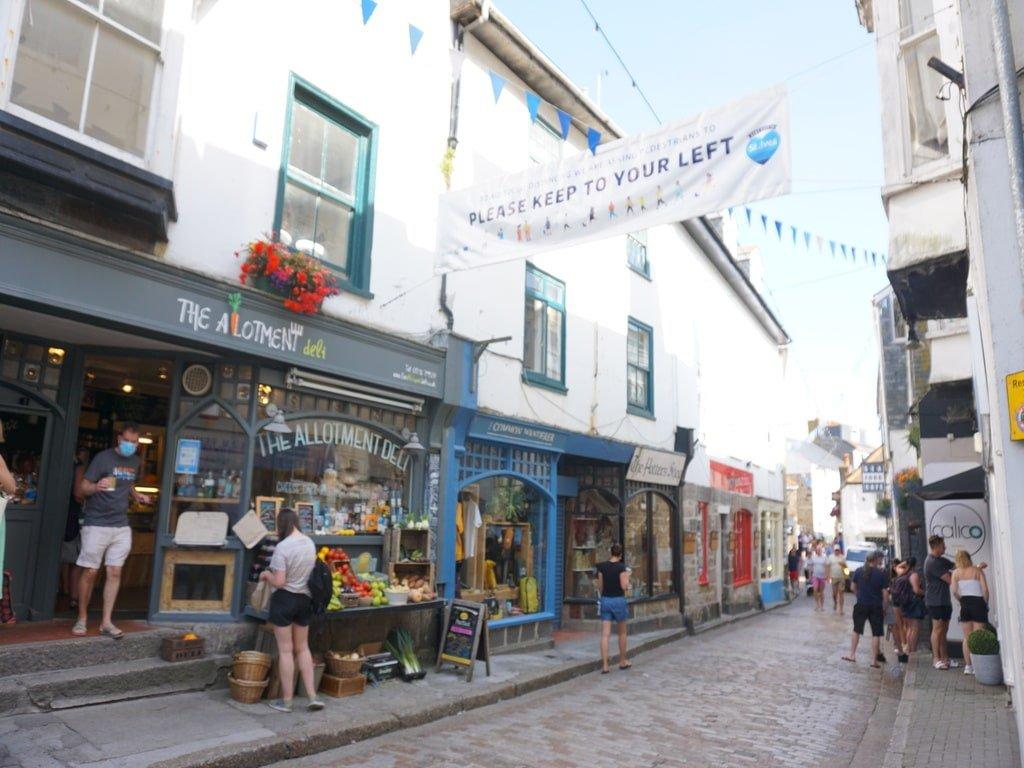 Una delle tante stradine addobbate di negozi colorati a St Ives, in Cornovaglia.