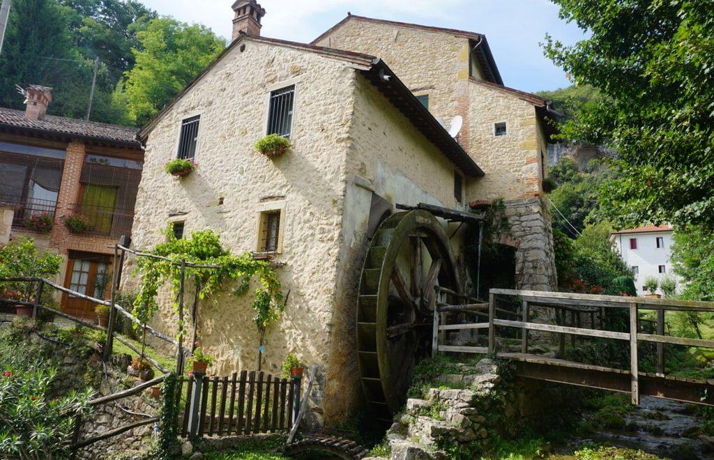 La casa del mulino ad acqua principale, affianco al ruscello, nella Valle dei Mulini a Mossano.