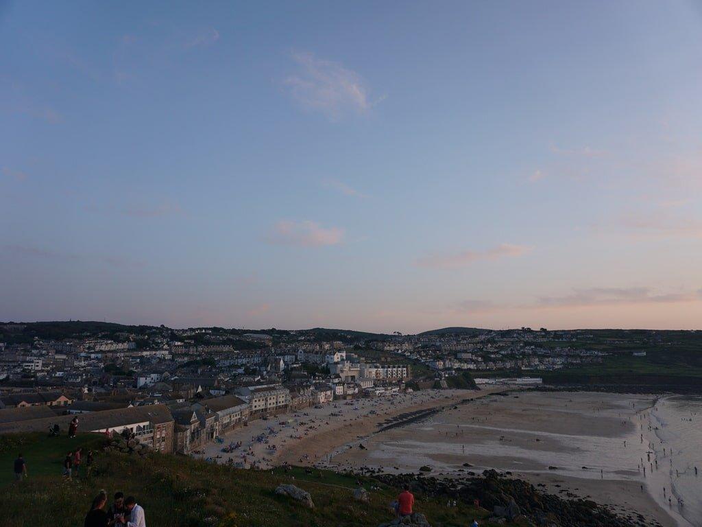 Vista della spiaggia di Porthmeor e della cittadina di St Ives viste dal punto panoramico di The Island.