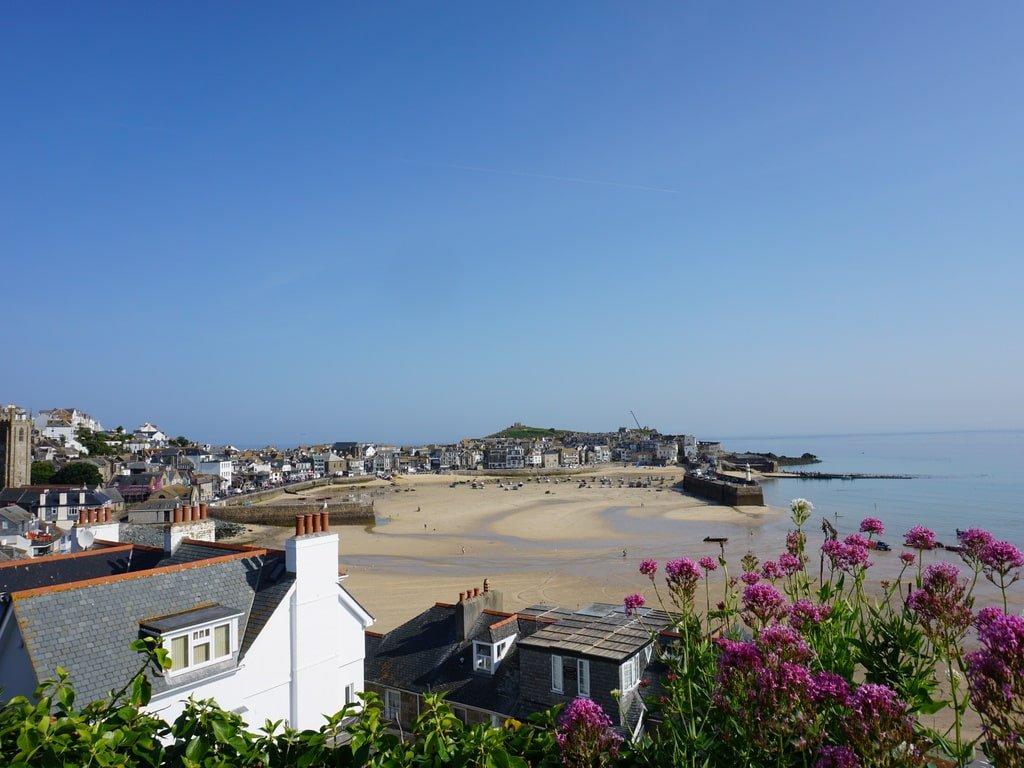 Vista della cittadina di St Ives e della spiaggia che da sul porto dal punto panoramico The Terrace.