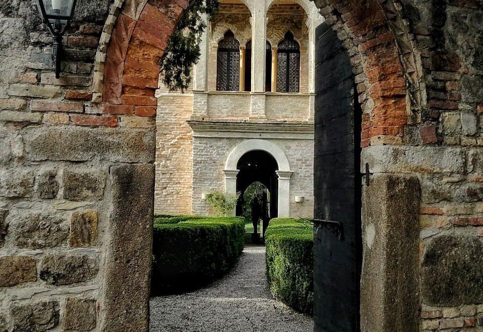 L'ingresso alla casa e ai giardini di Francesco Petrarca.